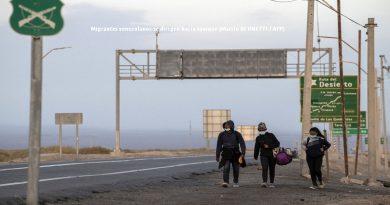 La travesía de los migrantes venezolanos para escapar del régimen: cruzar a pie el altiplano / The journey of Venezuelan migrants to escape the regime: to cross the highlands on foot