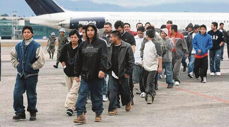 Corte federal autoriza al Gobierno Biden continuar expulsiones bajo Título 42 / U.S. appeals court sides with Biden, allows border expulsions of families to continue